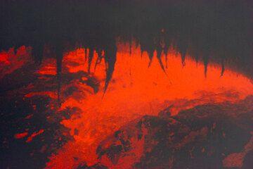 Dangling half-molten lava stalactites at the undercut wall of the lava pond. (Photo: Tom Pfeiffer)