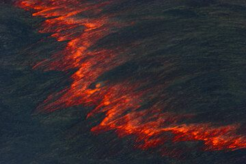 Rifting section of the thin crust on the lava lake. (Photo: Tom Pfeiffer)