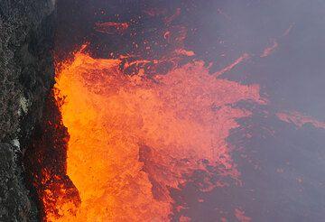 Splashing lava shoots over the darker crust (Photo: Tom Pfeiffer)