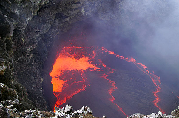 Wide-angle view of the lava pond (Photo: Tom Pfeiffer)