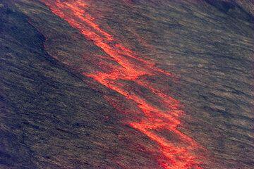 Ziz-zag pattern on the crust of an active lava lake in Pu'u 'O'o on Kilauea volcano, Hawai'i (Photo: Tom Pfeiffer)