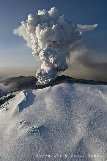 Ash and steam plume from Iceland's Eyjafjallajökull volcano eruption in April 2010 (Photo: Jorge Santos)