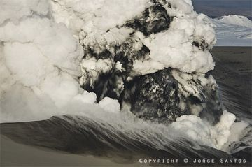 Phreatomagmatic explosions at the summit crater (Photo: Jorge Santos)
