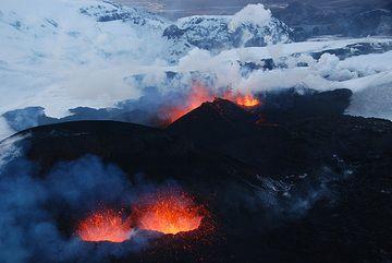 Hier einige Fotos der effusiven Fase des Ausbruchs am Fimmvörðuháls, der vom 20.3. bis 7.4. anhielt. Die Fotos wurden von unserem Teammitglied Steve am 1. April geschossen, kurz nachdem sich die zweite Eruptionsspalte öffnete. (Photo: Steve Hunt)