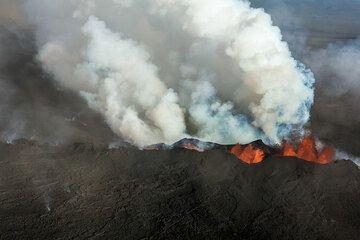 The steam plume, full of acid gasses (SO2, HCl) is bent towards the NE. (Photo: Tom Pfeiffer)