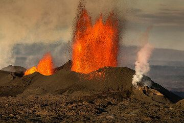 The lava fountains from the main vent seen from the SW. (Photo: Tom Pfeiffer)