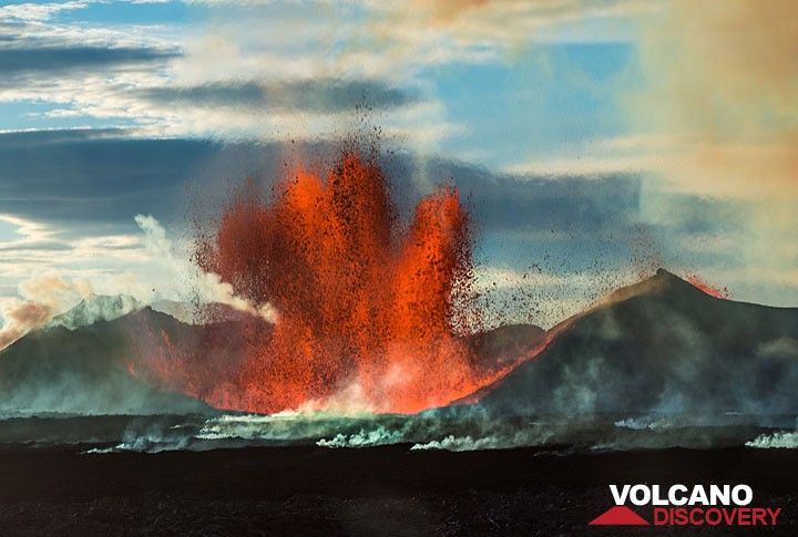 Sometimes the lava fountain consists of several jets in multiple directions at once. (Photo: Tom Pfeiffer)