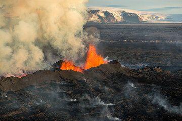 Kverkfjöll volcano and part of the Vatnajökull glacier in the background. (Photo: Tom Pfeiffer)
