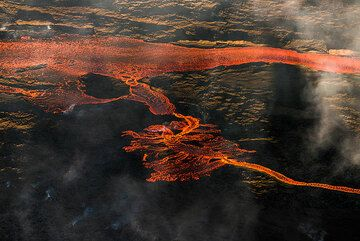 The largest eruption in Iceland during 100 years has erupted approx. 200 million cu meters of lava within just under 2 weeks, feeding a lava flow that had reached a total length of almost 20 km by 13 Sep, with no sign of ending soon. The following pictures were taken during an overflight on 13 Sep. (Photo: Tom Pfeiffer)
