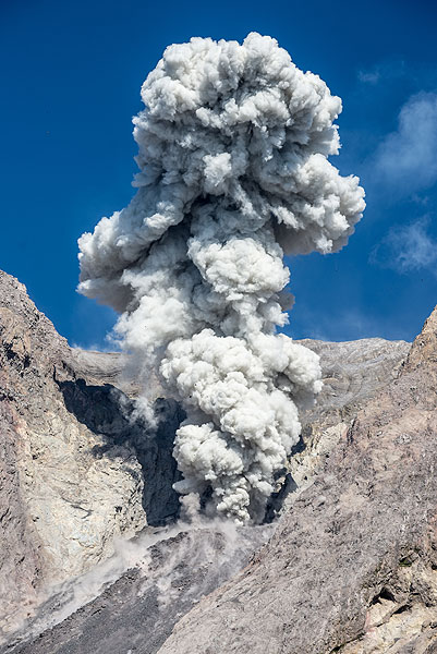A larger eruption of Bat Tara volcano (Indonesia) produces a nice ash plume rising vertically. (Photo: Tom Pfeiffer)