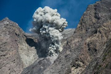 Moderate explosion and ash plume rising a few hundred meters. (Photo: Tom Pfeiffer)