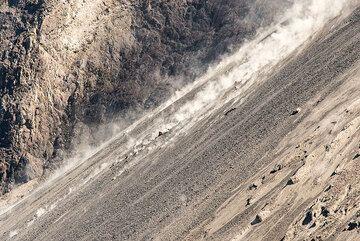 Rockfalls on the sciara of Batu Tara volcano, Indonesia (Photo: Tom Pfeiffer)