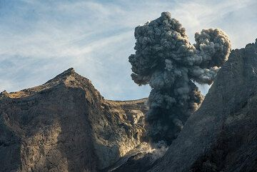 A beautiful eruption in the afternoon. (Photo: Tom Pfeiffer)