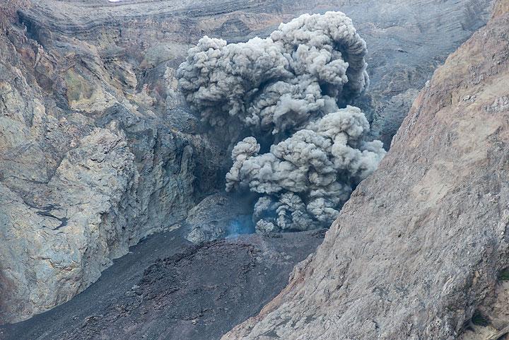 Ash-rich strombolian eruption at Batu Tara volcano, Indonesia (Photo: Tom Pfeiffer)