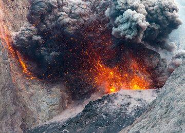 Strong eruption in twilight. (Photo: Tom Pfeiffer)