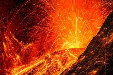 Strong eruption at night (Batu Tara volcano, Indonesia) (Photo: Tom Pfeiffer)