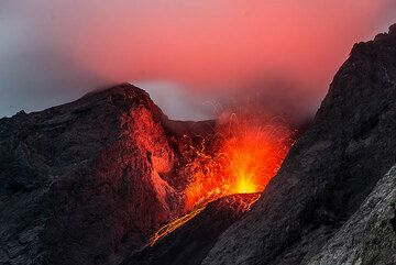 Red glow reflected in cloud hovering over the crater. (Photo: Tom Pfeiffer)