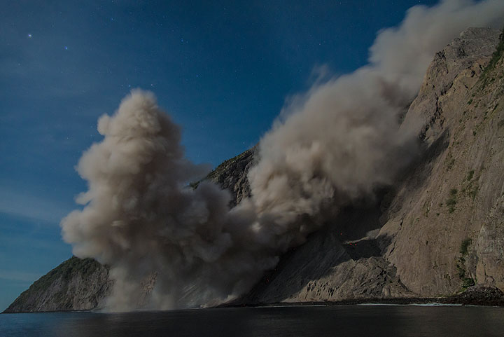 Rising ash plume from the stagnating flow front. (Photo: Tom Pfeiffer)