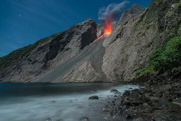 Wide-angle view of a normal-sized eruption. (Photo: Tom Pfeiffer)