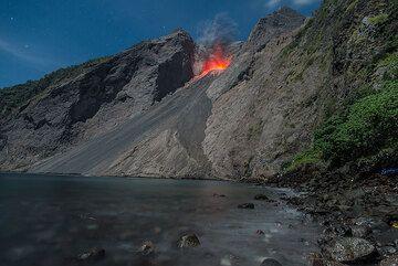 Eruption at low tide (Photo: Tom Pfeiffer)