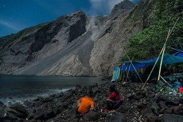 Andi and Galih waiting for an eruption (Photo: Tom Pfeiffer)