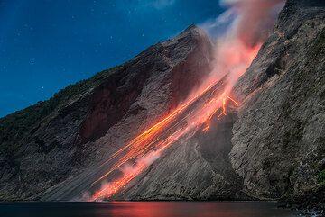 Glowing rock falls on the sciara of Batu Tara. (Photo: Tom Pfeiffer)