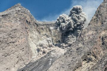 On the morning of 3 July, another strong explosion causes a small pyroclastic flow. (Photo: Tom Pfeiffer)