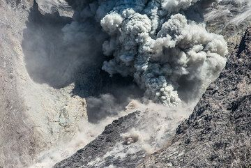 Strong eruption. (Photo: Tom Pfeiffer)