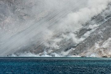 Dust on the sciara from rockfalls reaching the shore. (Photo: Tom Pfeiffer)