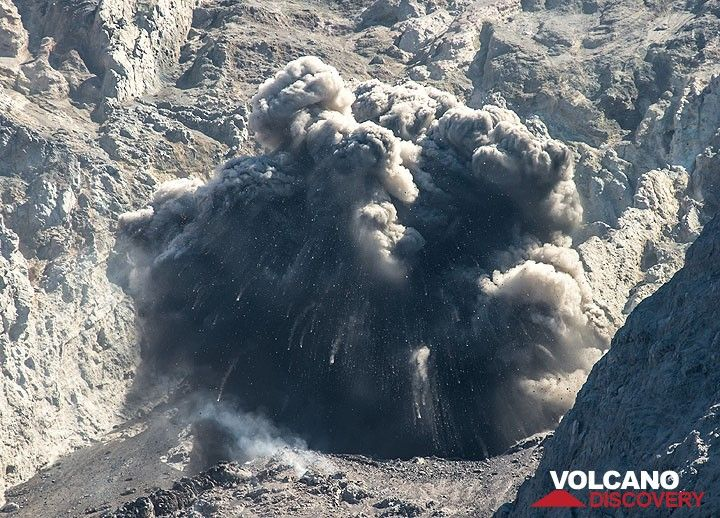 Zoom into an explosion of Batu Tara volcano, Indonesia (Photo: Tom Pfeiffer)