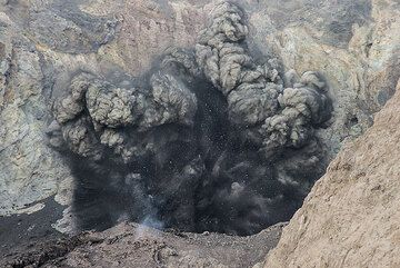 Close-up of an explosion. (Photo: Tom Pfeiffer)