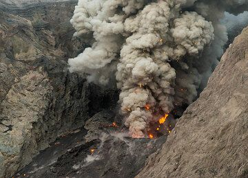 A large lava bomb is ejected during this eruption. (Photo: Tom Pfeiffer)