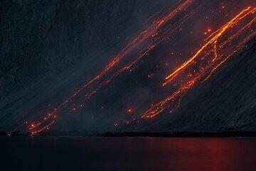 Rockfalls on the sciara at night. (Photo: Tom Pfeiffer)