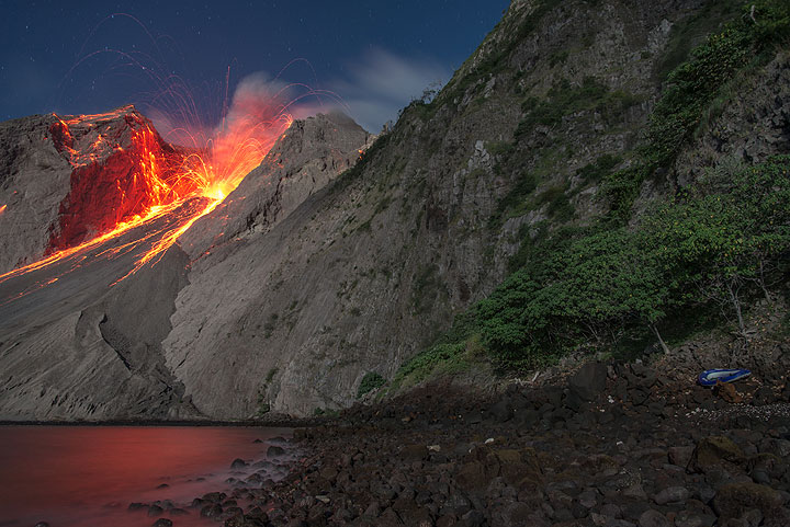 View of an eruption from the beach at low tide. (Photo: Tom Pfeiffer)