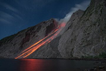 Trails of glowing rockfalls from the eruption in the previous picture. (Photo: Tom Pfeiffer)