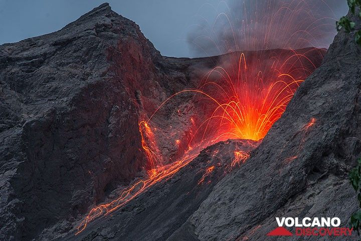 Strombolian eruption of Batu Tara at night (Indonesia) (Photo: Tom Pfeiffer)