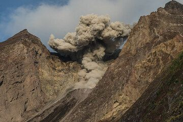 Good-by eruption on the morning of 4 July, before leaving Komba Island. (Photo: Tom Pfeiffer)