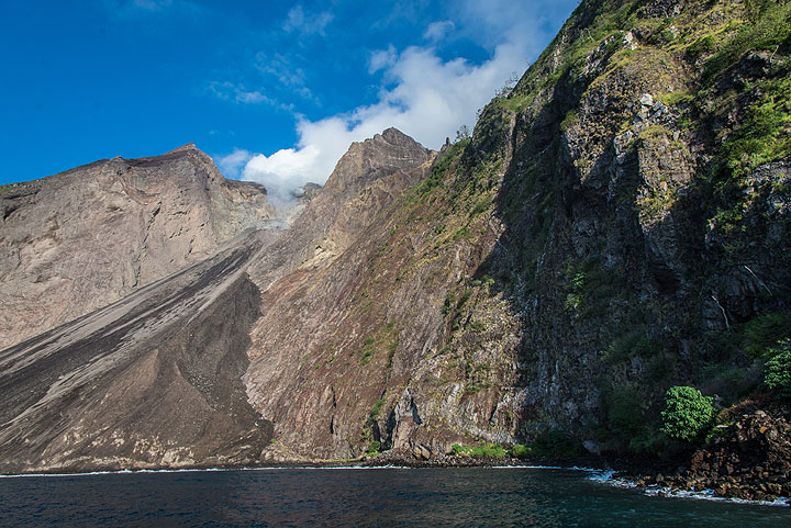 Wide-angle view of the sciara of Batu Tara. (Photo: Tom Pfeiffer)