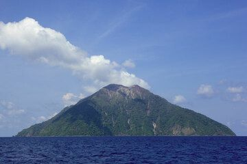Approaching the conical island of Komba in the Flores Sea, located about 50 km north of Lembata Island, from the SW. The island consists of the small subaerial part of Batu Tara stratovolcano, rising to 750 m a.s.l. (Photo: Tom Pfeiffer)