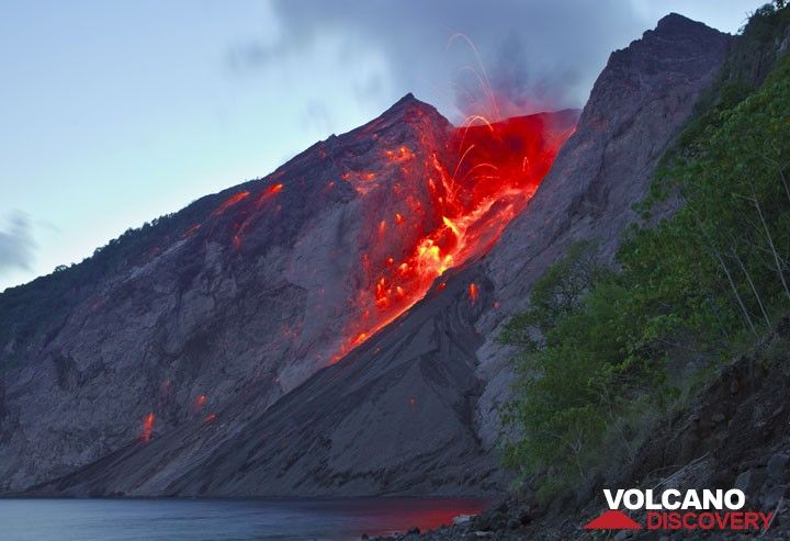 A strong strombolian eruption from Batu Tara in the evening of 25 Nov 2012. (Photo: Tom Pfeiffer)