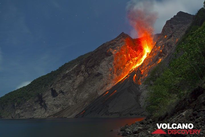 A strong strombolian explosion on 25 Nov evening throws glowing bombs over much of the upper eastern flanks of the volcano, and lava blocks start to roll down on the slope. (Photo: Tom Pfeiffer)