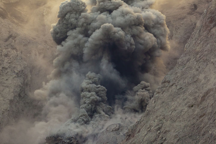 Ash venting - billowing ash clouds exit the crater in a continuous manner for a minute or so. (Photo: Tom Pfeiffer)