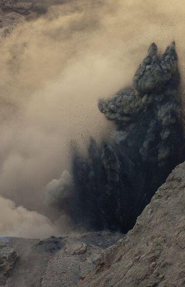 Beginning of an ash-rich explosion. (Photo: Tom Pfeiffer)