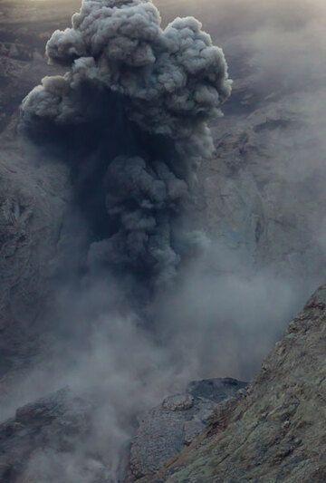 Ash-rich strombolian eruption on 26 Nov. (Photo: Tom Pfeiffer)