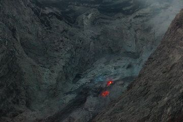 A glowing spot was often visible at the rim of the crater. On closer inspection, it was an effusive vent resembling a small lava dome, from which glowing lava blocks often detached and formed small avalanches on the slope. (Photo: Tom Pfeiffer)