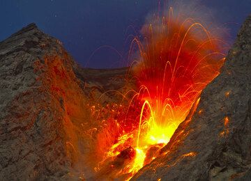 Moderately strong explosion on 26 Nov. (Photo: Tom Pfeiffer)