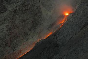 During phases of increased activity, more lava was effused from the vent on the crater rim, and lava rolling down sometimes resembled a lava flow on the slope. (Photo: Tom Pfeiffer)