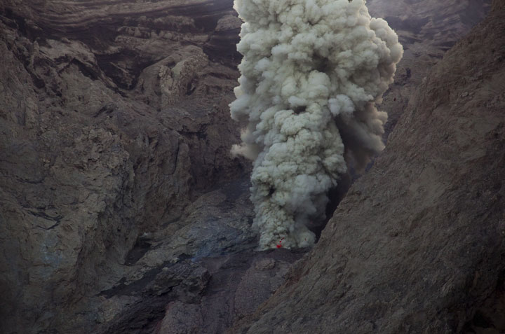 Ash venting with almost no visible incandescent lava forms a small plume rising vertically. (Photo: Tom Pfeiffer)