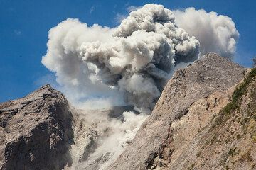 Ash cloud from an explosion. (Photo: Tom Pfeiffer)