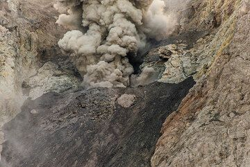 Weak eruption from the crater (Photo: Tom Pfeiffer)